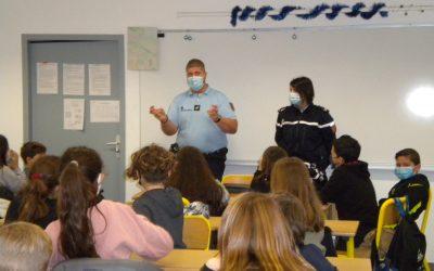 Intervention de la gendarmerie auprès des classes de Sixième pour évoquer les dangers sur Internet .