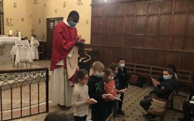 des enfants se préparent au baptême